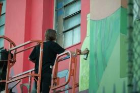 A artista gráficA Luna Buschinelli, de 19 anos de idade, posa para fotos no topo de um prédio ao lado do mural que pintou na fachada da Escola Municipal de Rivadávia Correa, na Avenida Presidente Vargas, entre a Candelária Igreja e Central do Brasil no centro do Rio de Janeiro, Brasil, em (10 de junho de 2017). Instalada em uma das áreas mais movimentadas da cidade, a instituição entregou seus muros a jovem Luana Buschinelli para exercer sua arte etalento único, o trabalho poderá receber nos próximos dias o título de maior grafite do mundo pintada por uma mulher através do Guines Book (livro dos recordes). Nos últimos dias, Luna esteve trabalhando na escola das 8h às 18h para dar vida ao seu mural, que faz parte do projeto (Rio Big Walls) da Secretaria Municipal de Cultura. Ela nunca teve um curso de desenho, mas se aventurou na arte desde a infância. Foto: Humberto Ohana/ Frame Photo.